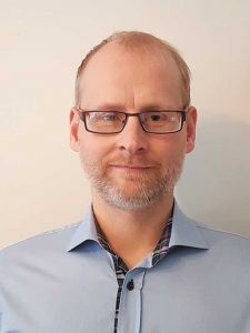 """Nicklas Börjesson är sammankallande i Miljöpartiets ekonomiska nätverk och en ihärdig proponent för den gröna ekonomin. Levebrödet är utveckling av banksystem. På fritiden gillar han musik och att segla runt på hav, vilket han i år tyckte var """"en kluven upplevelse givet den medelhavslika värmen""""."""